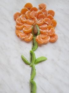 kvetinka z kiwi, mandariniek a uprostred  jedna datla :-)
